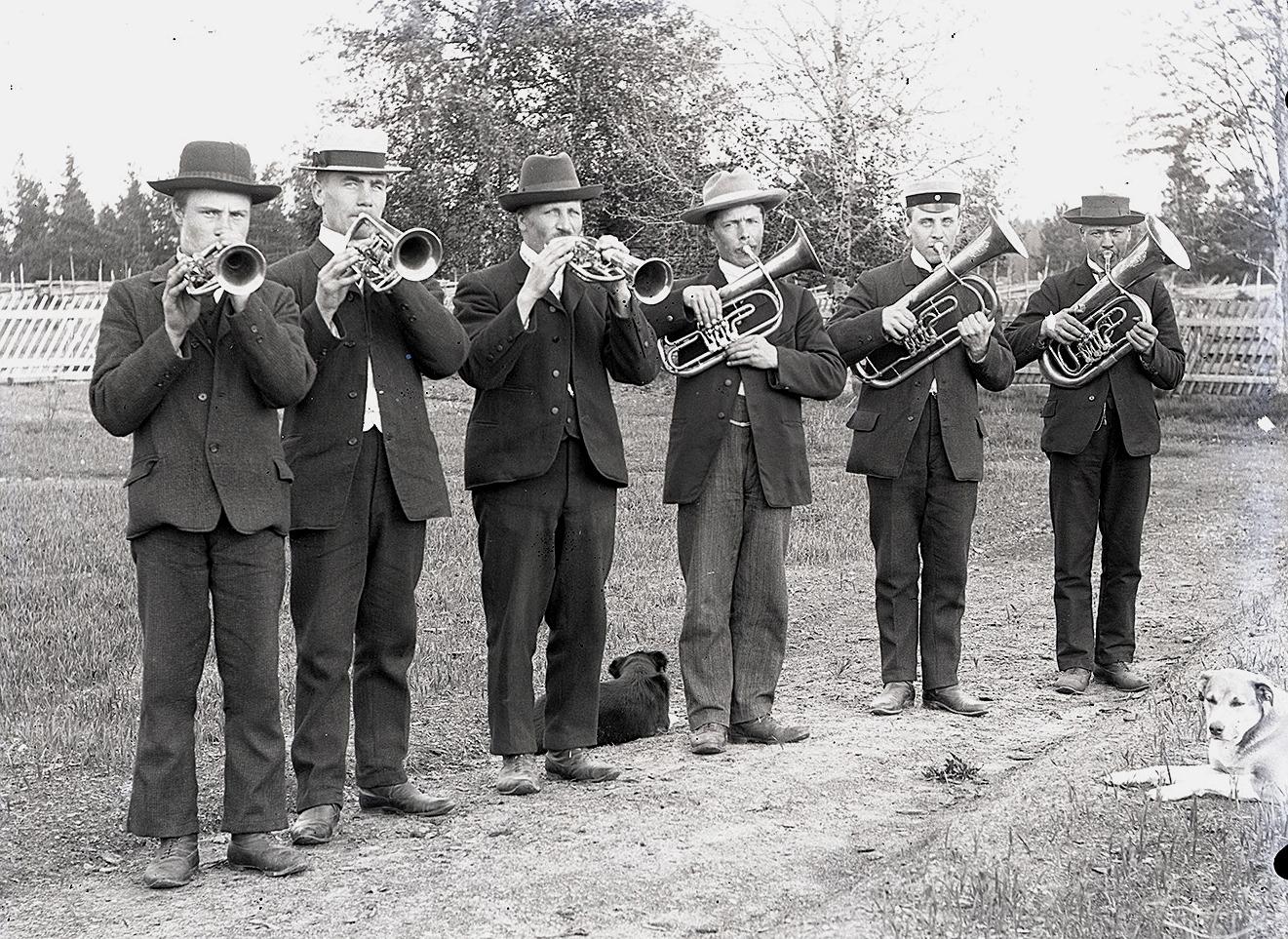 Viktor var också med i den hornorkester, som hans svåger läraren Henrik Rosenback drog i gång i Dagsmark år 1904. Tredje från vänster är Viktor och följande högerut är hans bror Erik Anders Englund. Instrumenten köpte de av Nykterhetsföreningen Rauhas i Kristinestad för 250 mark.