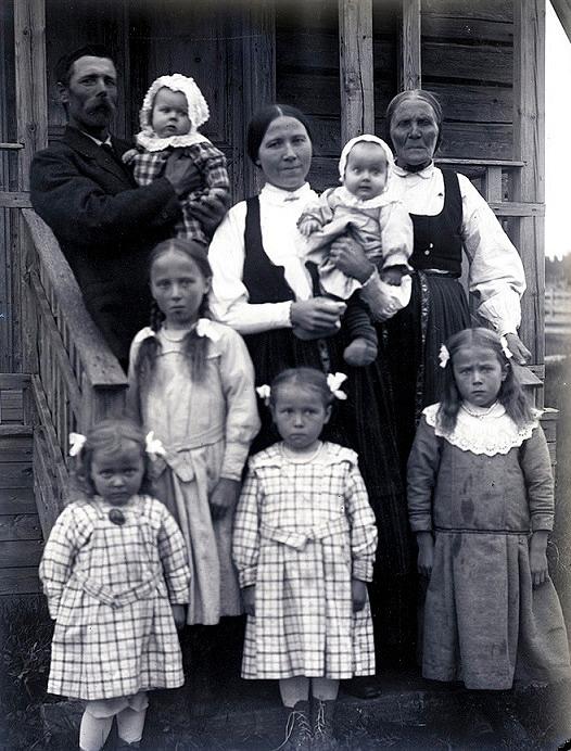 Till vänster står Viktor Nylunds bror Erik Anders Englund med en del av sin familj. Mitt i bild står Erik Anders hustru Manda och uppe till höger hans mor Anna Greta Storkull.