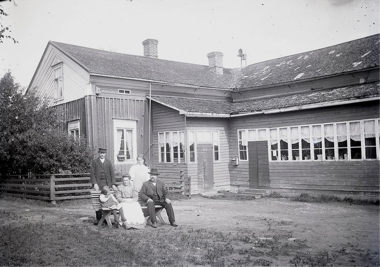 En av de viktigaste personerna i Dagsmark var nog läraren och kommunalmannen J. J. Wadström. Här sitter han med sin familj utanför den gamla skolan i Dagsmark.