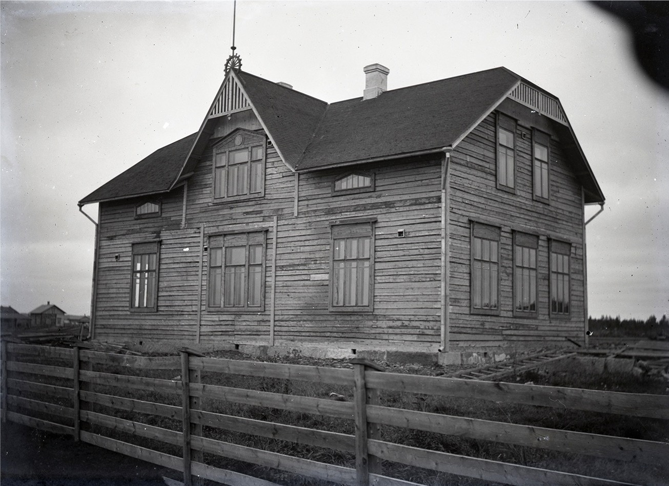 Skolbyggnaden i Perus eller den Östra folkskolan i Lappfjärd är också uppförd av Viktor Nylund och den stod färdig 1912. Den tidigare skolbyggnaden i Perus som blev färdig i november 1908, förstördes i en brand i september 1910. En del av virket till den nya skolan togs av den gamla, ur bruk tagna skolbyggnaden i Dagsmark. De Dagsmarkbor som år 1860 byggde det första skolhuset i Dagsmark, skulle nog känna sig nöjda och belåtna om de visste att åtminstone virket av det fortfarande används.