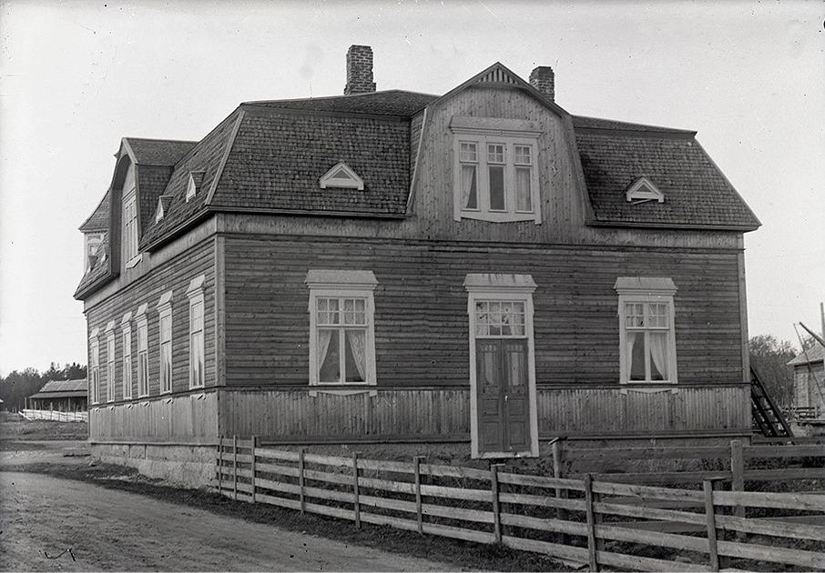 Viktor Nylunds bror J. H. Storkull lät bygga detta ståtliga affärshus år 1916. Fotot från söder.