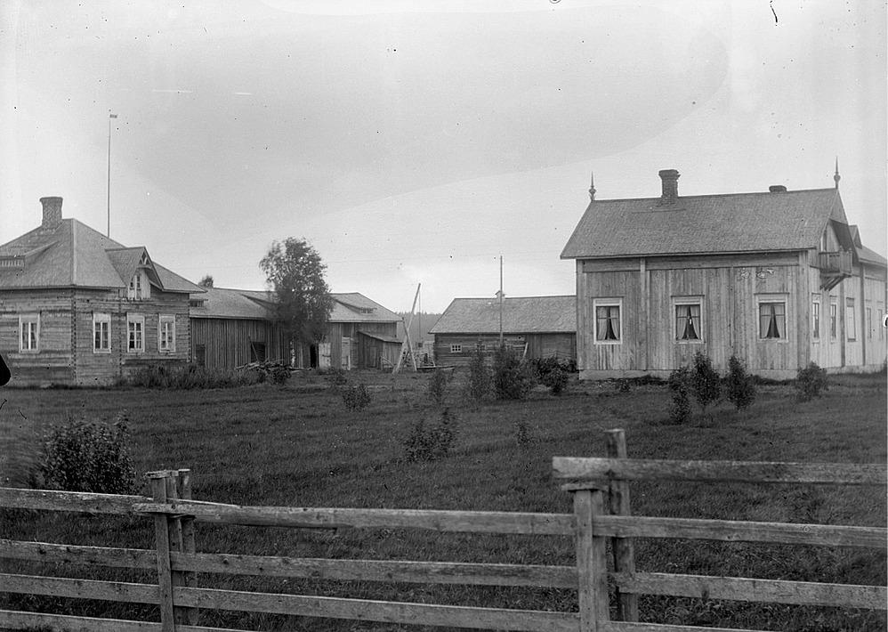 Viktor Nylunds bror Erik Anders Englund byggde gården till höger år 1909 då han flyttade från Brobackan upp till Palon, men den revs sedan 1969. Lillstugan till vänster byggdes ca 1915 och den står fortfarande kvar.