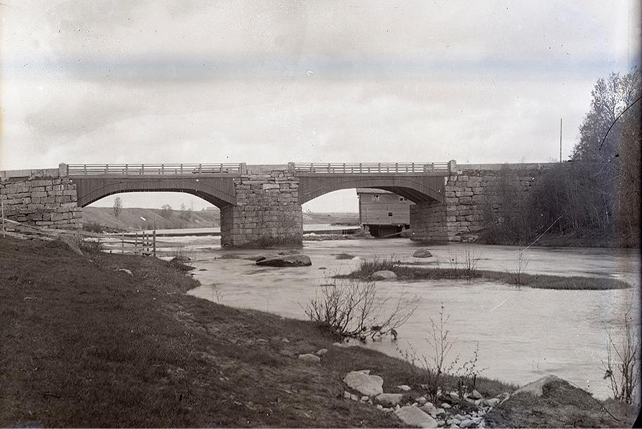 Storbron i Dagsmark byggdes av duktiga stenhuggare år 1855 och den stod kvar till 1983 då den nya bron byggdes. I den högra broöppningen syns Verkfors sågkvarn.