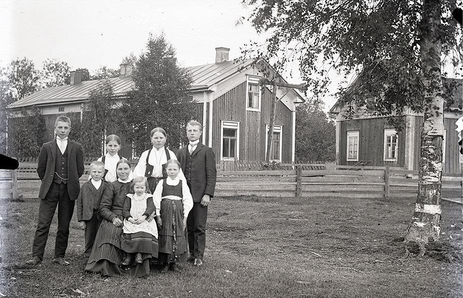 """På det här fotot taget av Viktor Nylund år 1913 """"Pelas-Viktor"""" Lillkulls familj, fr.v. Frans, Johannes, Amanda, Kajs med Elna i famnen, Maria, Selma och Leonard. """"Pelas-Viktor"""" själv hade emigrerat till Amerika några år innan. Säkerligen var det meningen att Frans skulle ha detta foto av familjen med sig för att visa åt sin far om han skulle träffa honom i Amerika. Men det gjorde han ju inte och det gjorde inte någon annan heller."""