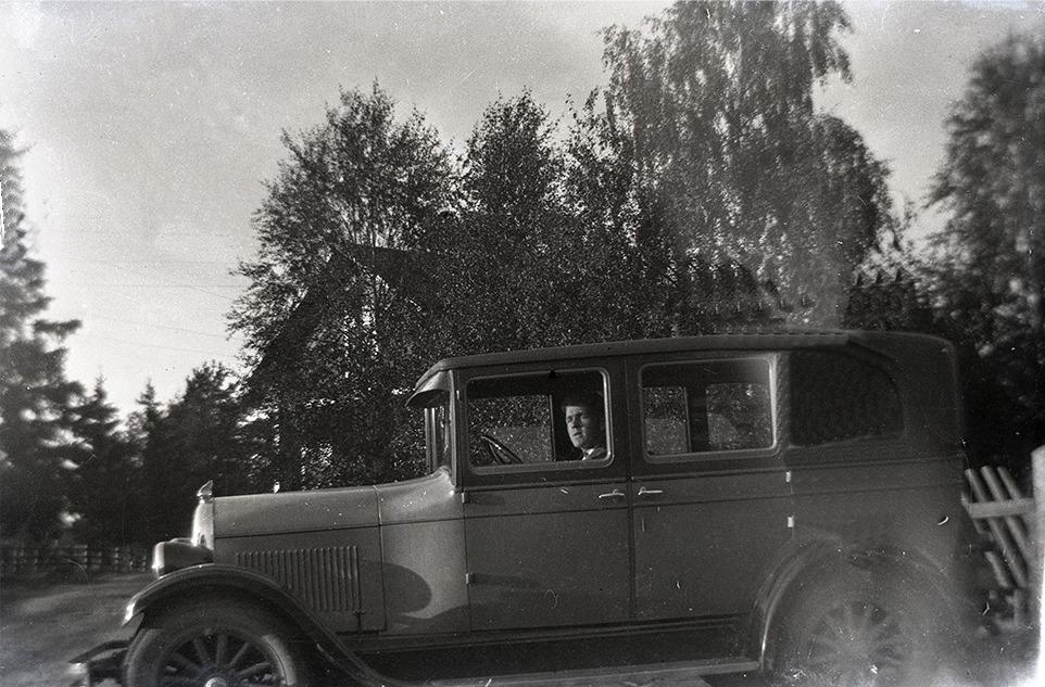 Nog ser Rurik Nylund stolt ut när han få provköra pappa Viktor bil. I bakgrunden Nylunds gård på Sunnantillvägen.
