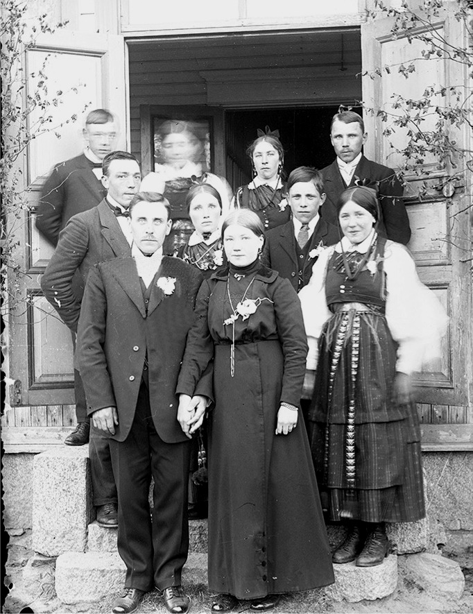 Midsommaren 1916 gifte sig Erik Anders Båsk från Åbackan med Selma Eklund från Brobackan. Längst bak till vänster står Emil Eklund och bredvid honom kanske hans fästmö Hulda, som han skulle gifta sig med i september samma år. Följande är Sandra Forsgård som står bredvid Johannes Gröndahl. I mitten står Frans Eklund bredvid Selma Gröndahl och paret till höger ser ut att vara Frans och Selma Holmudd.