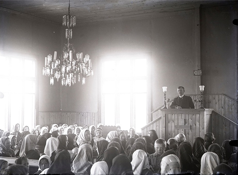 Det var ju Viktor Nylund som byggde om den gamla bondgården till bönehus i Dagsmark och den invigdes 1915. Detta foto är av senare datum och här ser vi också den lampkrona som Viktor donerade till bönehuset och den finns fortfarande kvar.
