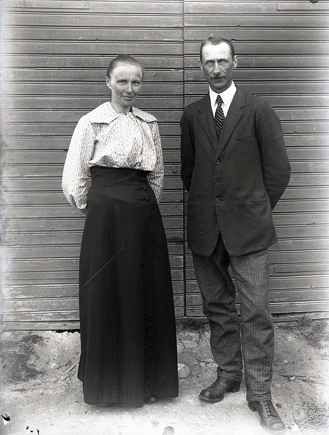 Här står Ida Nylunds halvsyster Selma (1884-1971) och hennes man Henrik Rosenback, som var född i Kvarnå (1879-1945). De bodde under en lång tid i Perus där Henrik var lärare vid Lappfjärds östra folkskola.