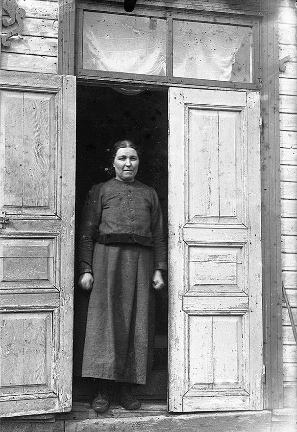 Viktors hustru Ida Nylund i dörröppningen.