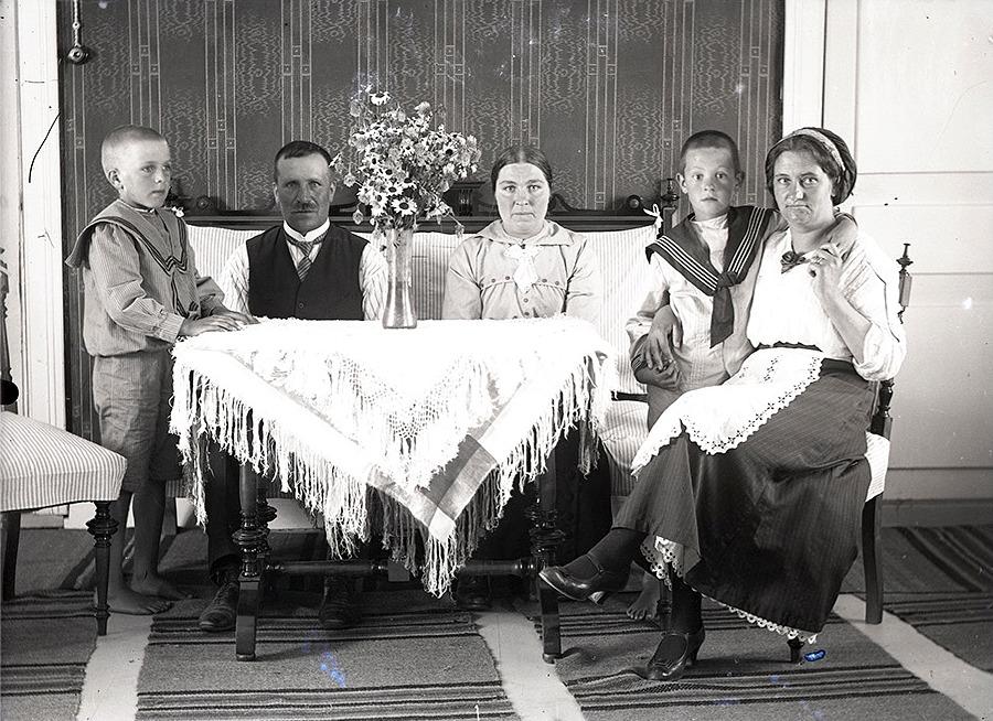 Till vänster Rurik Nylund med föräldrarna Viktor och Ida i soffan. Till höger fru Mildh och hennes son.