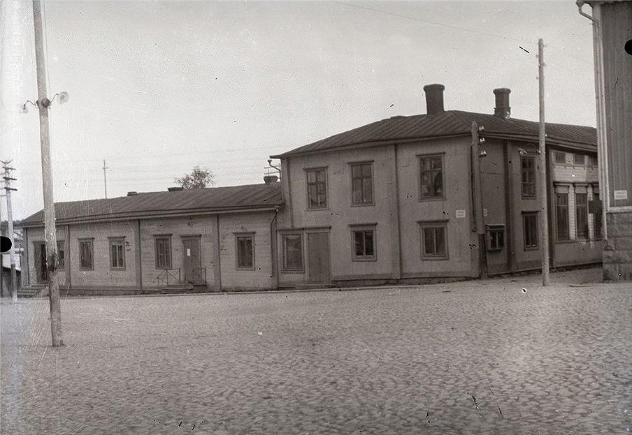 Svenska gården vid Salutorget i Kristinestad. Under den tid Rurik Nylund gick i skola bodde han i övre vången med fönstren mot torget. Svenska gården såldes i början på 1960-talet åt Risto Talas som 1964 uppförde ett varuhus på samma ställe.