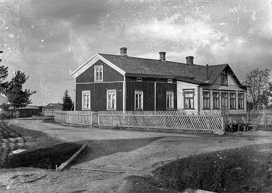 """Det var troligtvis """"Pelas-Hindrik"""" (1841-1884) alltså Ida Nylunds far som byggde den ståtliga bondgården, där Viktor och Ida bosatte sig efter att de gift sig 1898. Gården revs på 1950-talet då Rurik byggde den gård som fortfarande står kvar."""