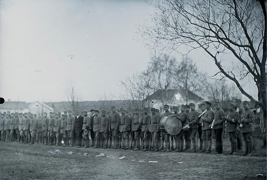 """Skyddskårister uppställda på ungdomsföreningens gårdsplan i Dagsmark. Gården till höger är """"Bränninas"""", alltså Viktor Klemets gård, då bilhandlaren Åke Klemets sedan bodde."""