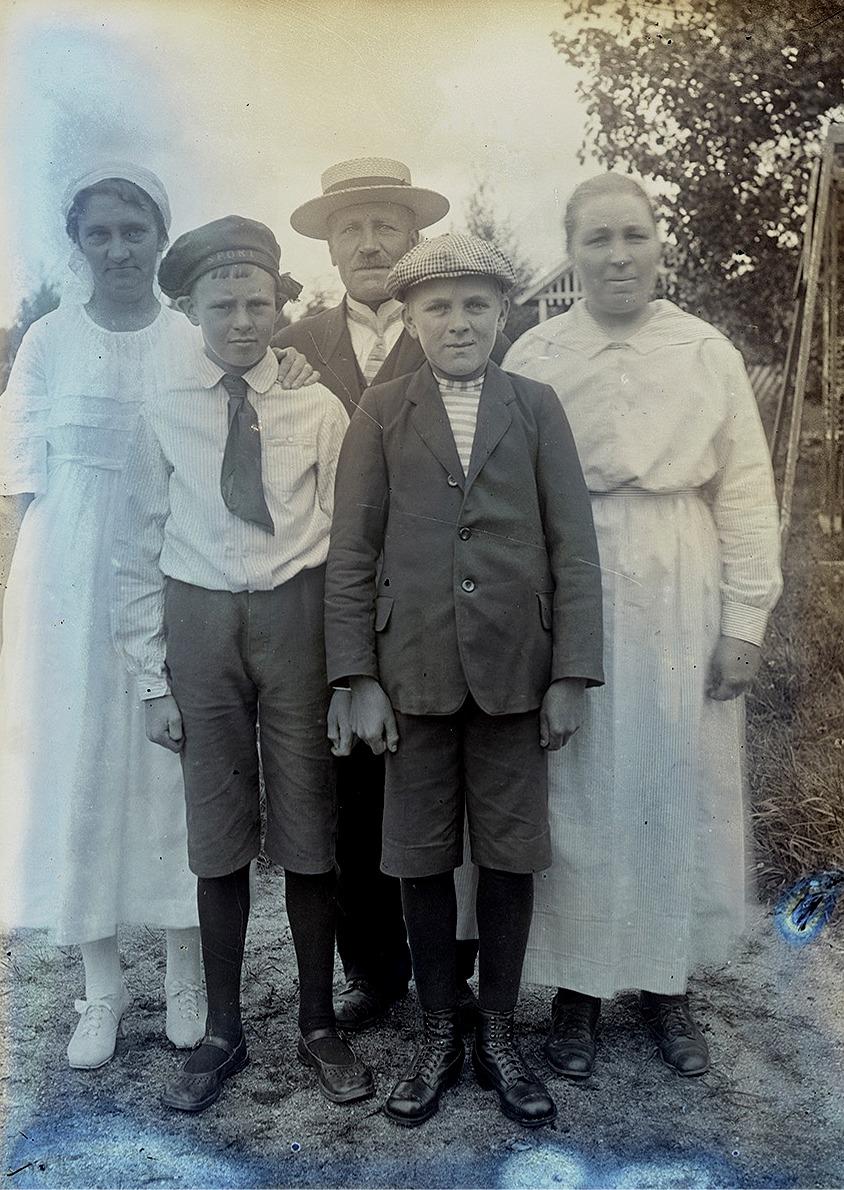 Till vänster står Hanna Mildh och hennes son, båda från Helsingfors. Bredvid står Viktor och Ida Nylund med sonen Rurik.