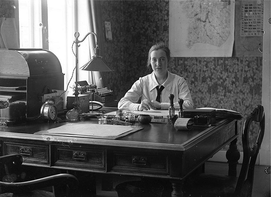 Ab Pärusfors hade sitt kontor på Strandgatan i Kristinestad, i Töttermans gård som stod bakom nuvarande apoteket. Byggmästaren Henry Häggblad byggde huset i början på 1900-talet. Kontoristen hette Edit Ekström, född Nyberg och hon hade släkten i Skaftung. Hon arbetade sedan på stadens drätselkontor och hon dog 1975.