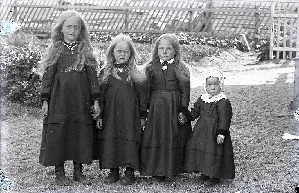 På Viktor Nylunds foto från ungefär 1917 står systrarna Lillkull. Från vänster Hulda (f. 1904), gift Löfgren och följande är Elin (f. 1906) gift Landgärds och följande torde vara grannflickan Signe Ekberg (f. 1909), gift Nyholm. Längst till höger står Julia Lillkull (f. 1914) gift Långfors.