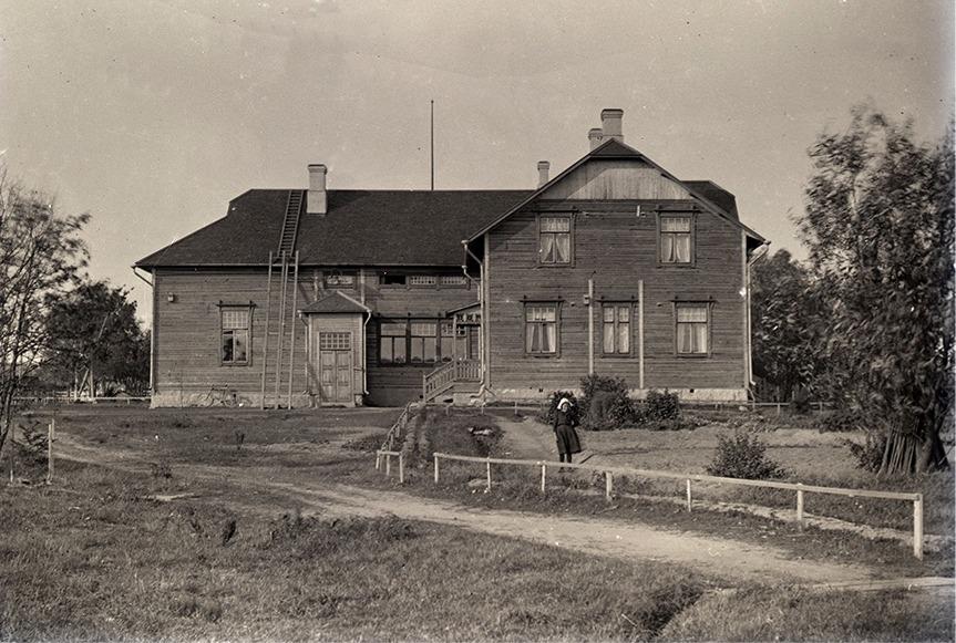 År 1909 byggde Viktor Nylund den nya folkskolan i Dagsmark på entreprenad åt Lappfjärds kommun. Som byggmästare anlitade han sin egen bror Emil Storkull (1887-1912).