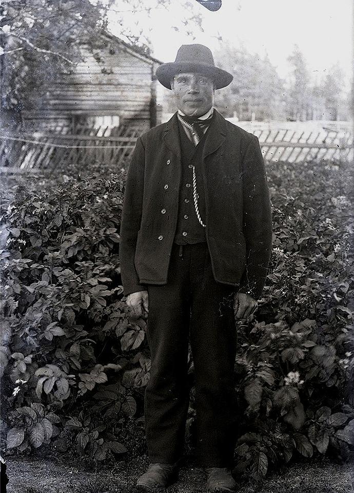 """Erik Johan Lång (1873-1962) men som kallades """"Kårk-Erkjåhan"""" var bonde i Palon, tills han flyttade ner till Mylläris gård på Brobackan. Hans gård i Palon övertogs av karelaren Jantunen som sedan sålde den vidare åt familjen Norrvik."""