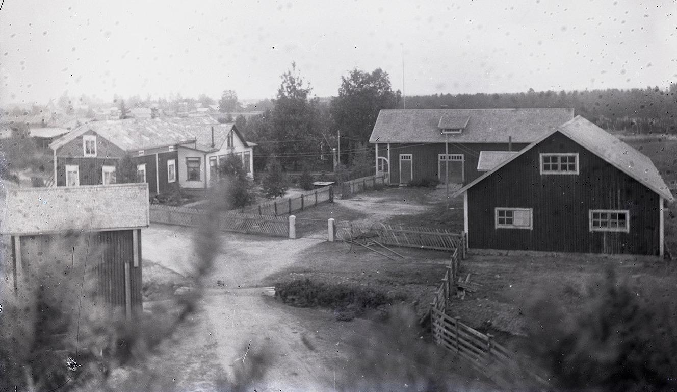 Foto av Nylunds gård taget från den stora tallen nära Sunnantillvägen. Samtliga uthusbyggnader finns kvar ännu men i relativt dåligt skick.