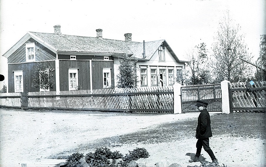Säkerligen är det Rurik Nylund som vandrar utanför staketet som omgärdade Nylunds bondgård på Sunnantillvägem.