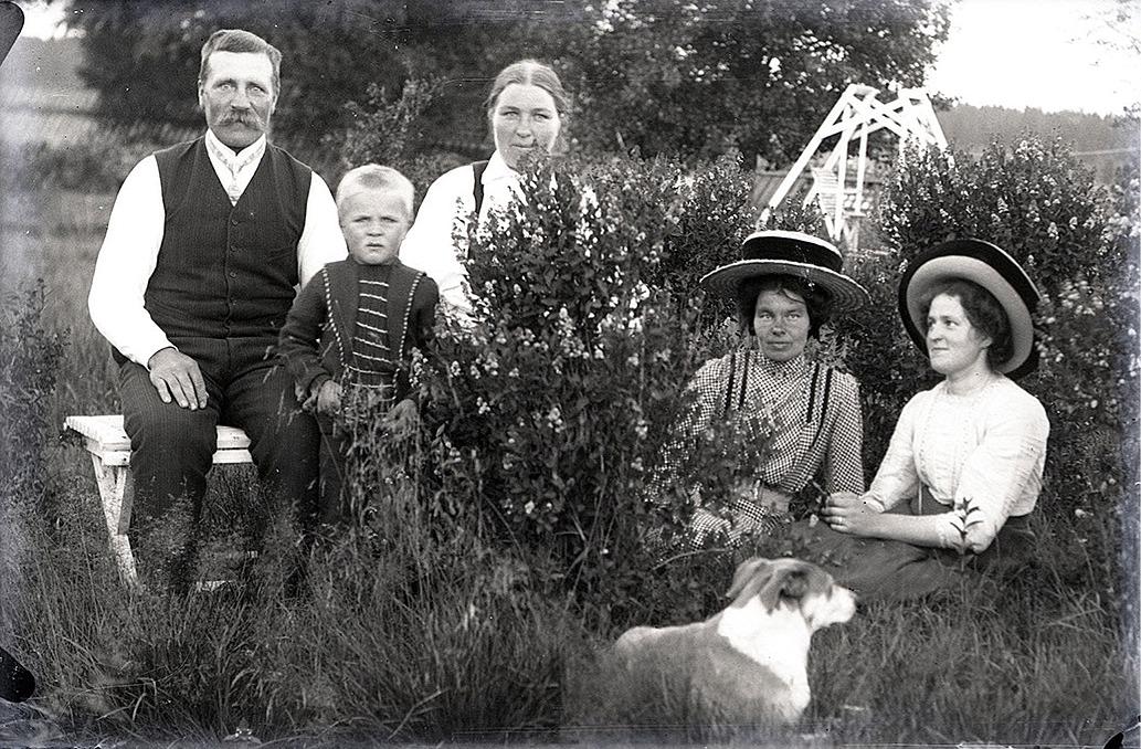 Nog var det ovanligt för 100 år sedan i Dagsmark eller på landsbygden överhuvudtaget att folk klädde sig i dylika kläder.