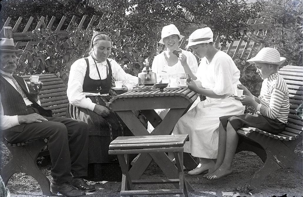 Det var fina trädgårdsfester hemma hos Nylunds i tiderna och till och med unga Rurik ser ut att dricka kaffe.