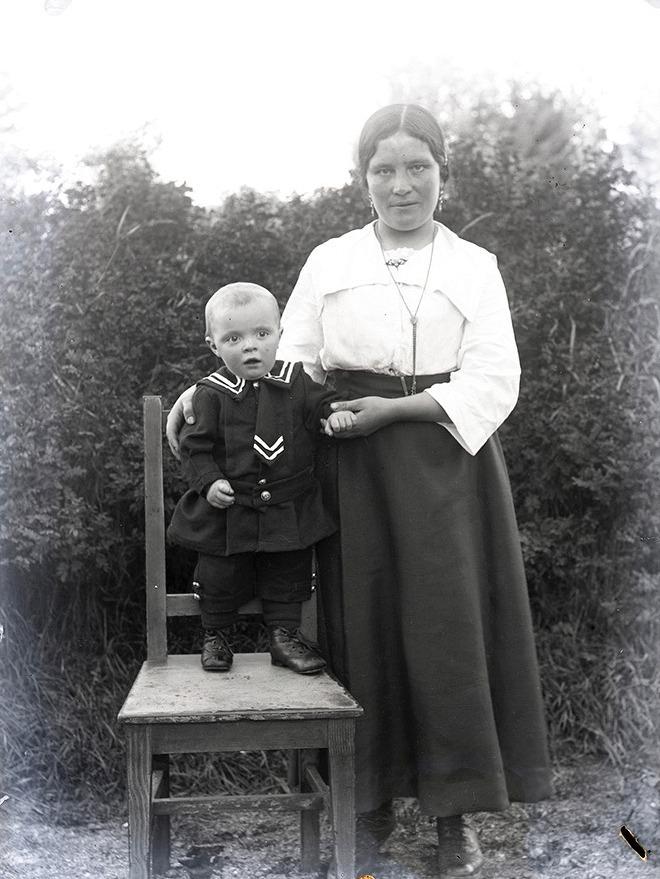 Hulda Norrgård (1901-1973) tillsammans med en av sönerna.