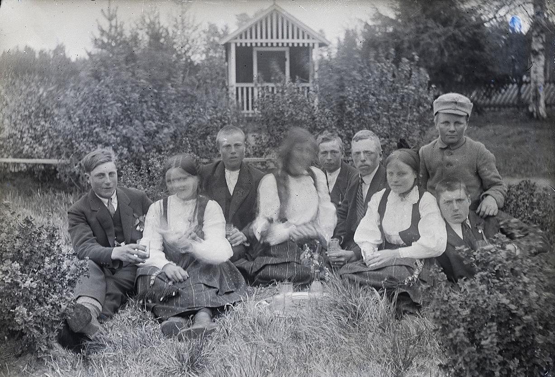 Ungdomar på trädgårdsfest hos Nylunds.