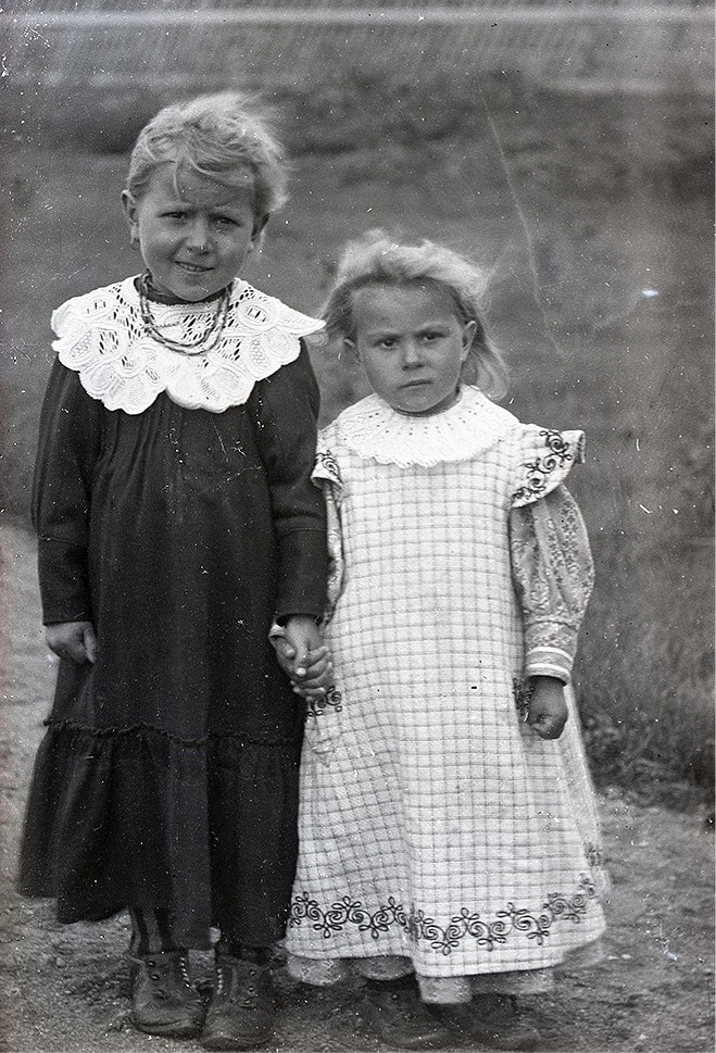 Viktor Nylunds bror Erik Anders Englund i Palon hade flera döttrar och de här två töserna måste nog vara därifrån.