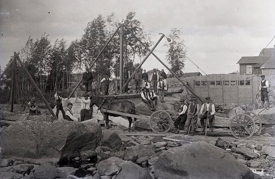 Nedanför Kvisgården håller stenhuggarna på och bygger dammen som via kanalen skall leda in vattnet i Ab Pärusfors vattenkraftverk, ca 1916.