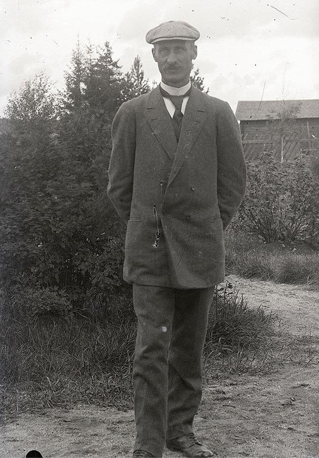 Henrik Rosenback som var född i Kvarnå var folkskollärare i Perus i Lappfjärds östra folkskola under åren 1905-1940.