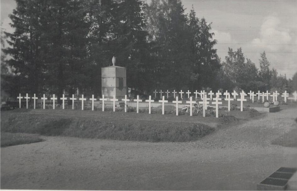 Hjältegravarna vid kyrkan i Lappfjärd. De vita träkorsen påminner om tro på fosterlandet. De som ligger här, gav sitt allt.