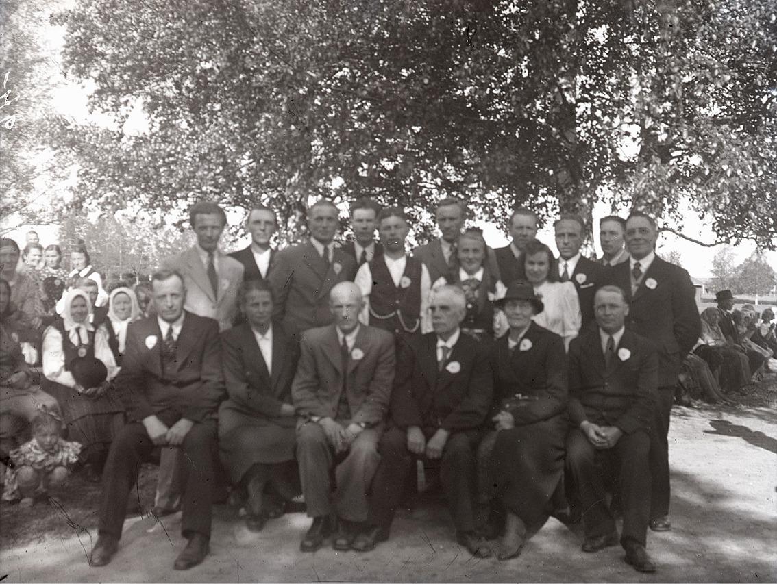 År 1946 då ungdomsföreningen firade sina 50 år, samlades de tidigare ordförandena för fotografering. Sittande från vänster Selim Björses, Elvi Lillträsk, Erland Ingves, Frans Teir, Hulda Blomberg och Selim Lillgäls. Stående Åke Knus, Elis Krokbäck, Gunnar Södergård, Lennart Agnäs, Alvar Björklund, Karl Björses, Ingeborg Ålgars, Gunnar Smeds, Astrid Nygård, Lennart Forsman, Nils Jossandt och Frans Korsbäck.
