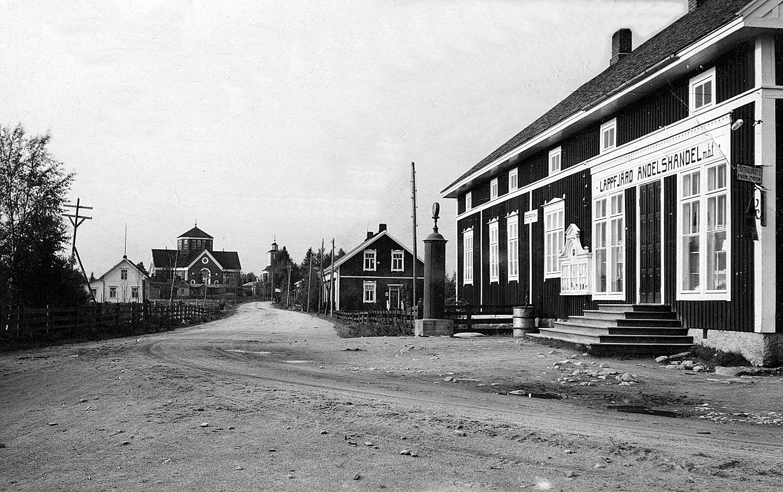 På bilden den nybyggda affären, som öppnades i december 1922. Bakom affären syns Starckes mejeri som senare byggdes om till kommunalläkargård.