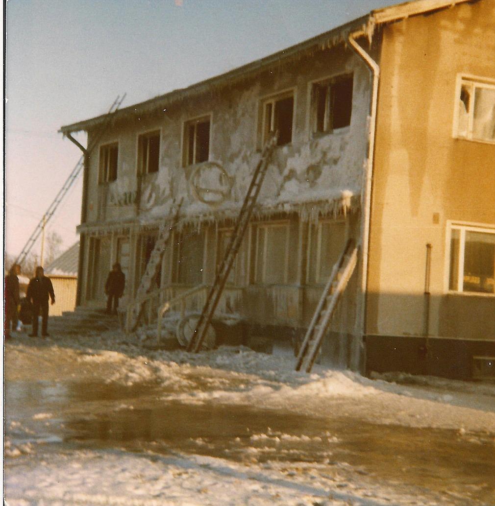 Så här såg Sparbankens hus ut efter branden den 3 mars 1971. Lappfjärds Andelshandels filial i den bortre ändan och Lappfjärds Sparbanks sidokontor till höger. Ovanför banklokalen fanns Anna och Birger Sonntags bostad.
