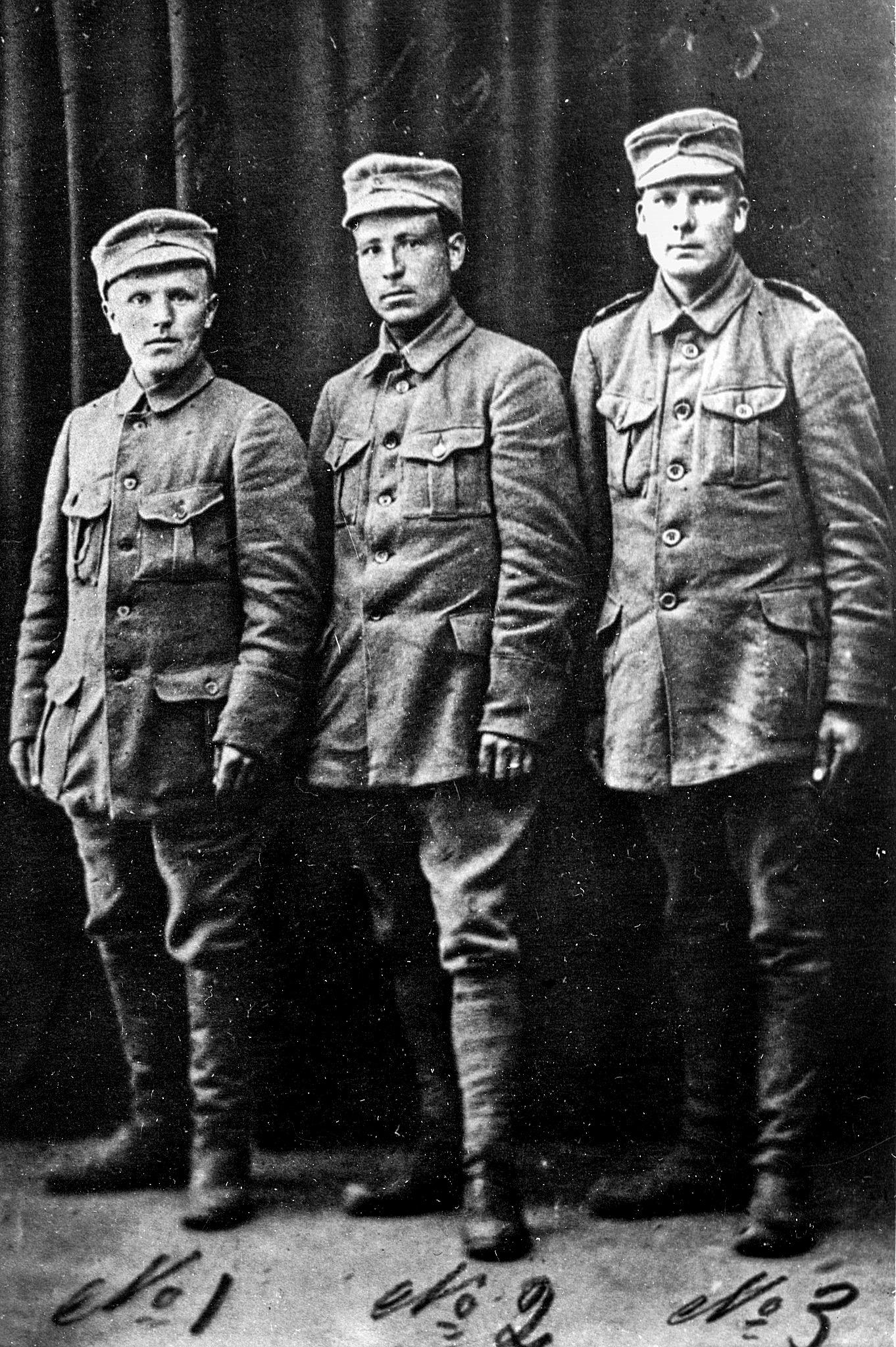 Till vänster Korsnäsbon Karl Lassas, i mitten Johannes Antfolk och till höger Oskar Åbb från Korsnäs.