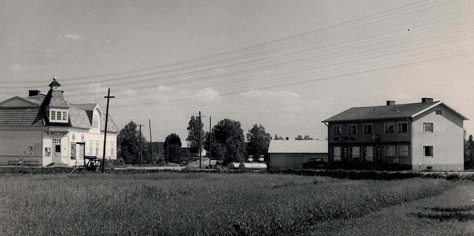 Nelsons affär till vänster och Sparbankshuset till höger. Fotot möjligtvis från slutet av 60-talet.