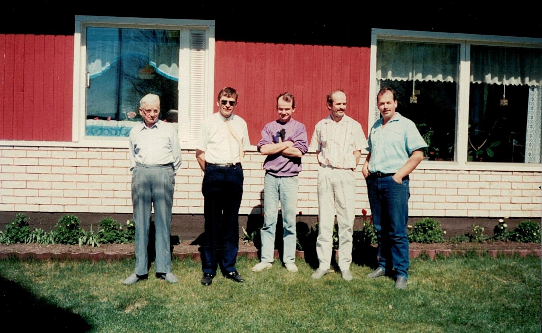 Ragnar Backlund med sönerna Per-Erik, Kurt, John och Lasse framför gården på Sunnantillvägen.