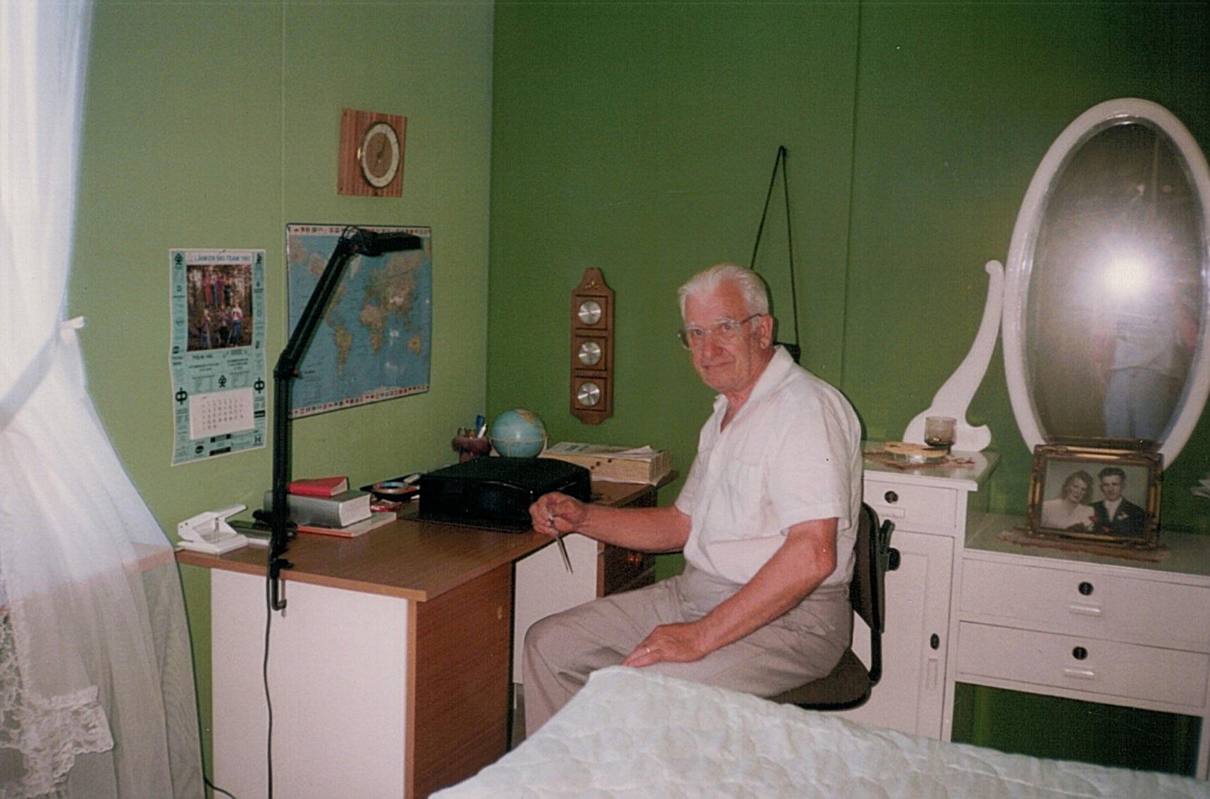 Ragnar Backlund vid det skrivbord där han brukade sitta med sina klippböcker och släktutredningar.