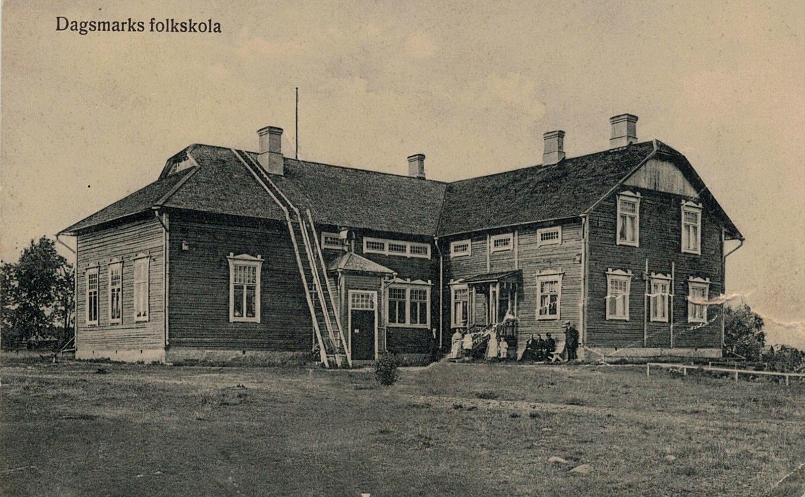 En del av familjen Wadström utanför den nybyggda folkskolan.