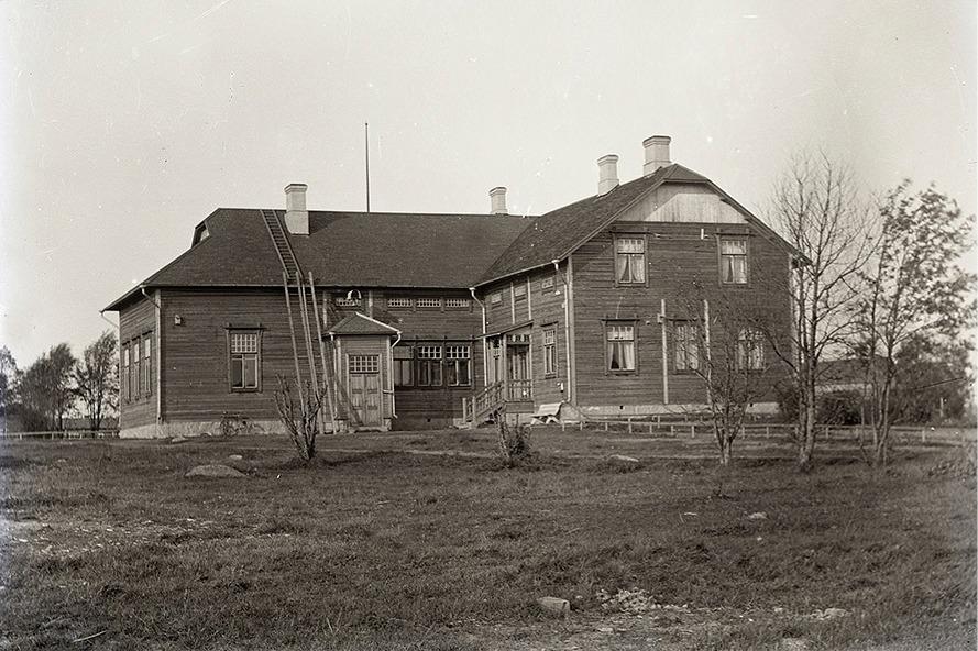 Byggmästare Emil Holmström från Kristinestad gjorde ritningarna till detta skolhus och sågägaren Viktor Nylund uppförde det för en kostnad om 17 632 mark.