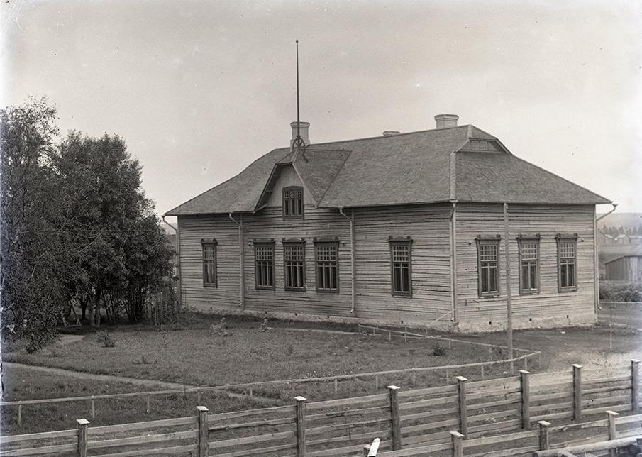 Den 16 april 1909 utstakades byggplatsen och 15 november samma år var det slutgranskning. Byggtiden var alltså endast 7 månader.
