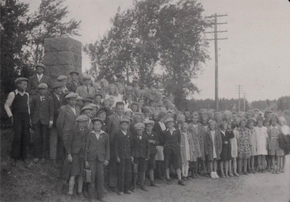 Eleverna från Lappfjärd på utfärd till Wilhelm von Schwerins minnesmärke i Ömossa 1950.