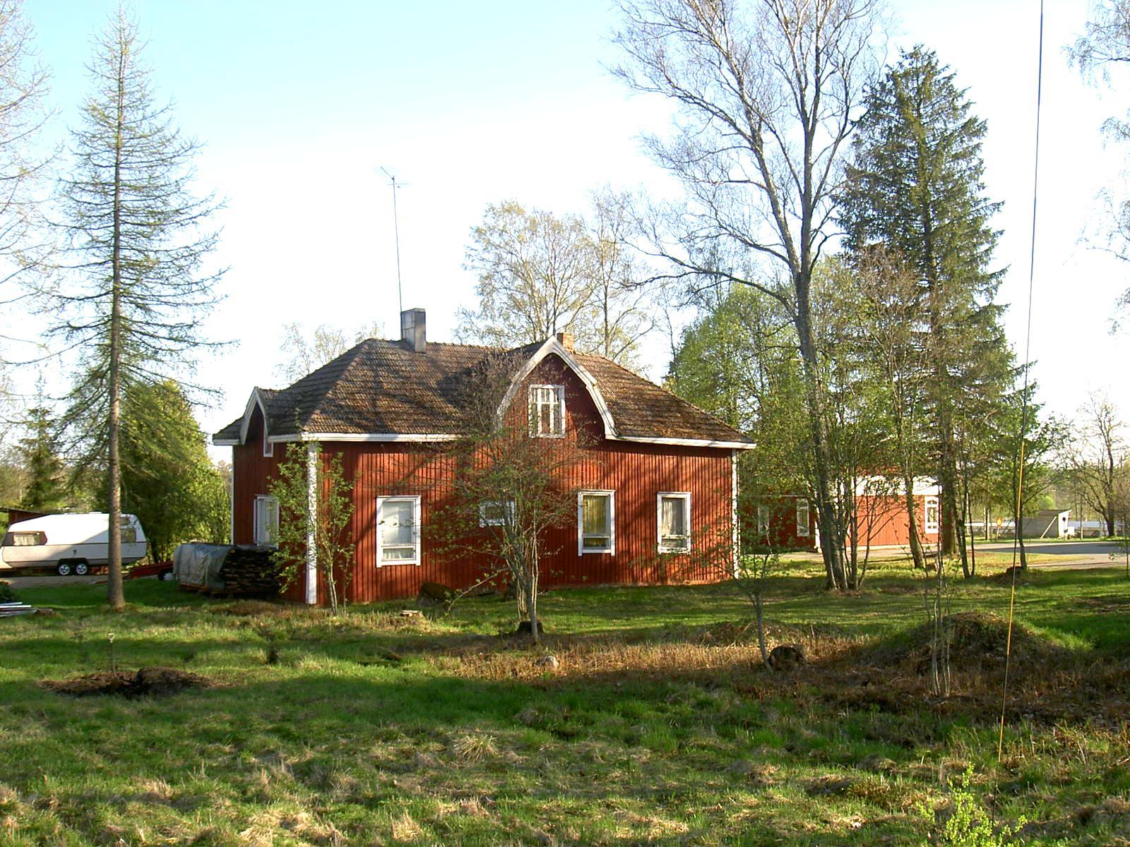 Klemets gård i centrala Dagsmark. Till höger syns boklånestationen som finns i daghemsbyggnaden.