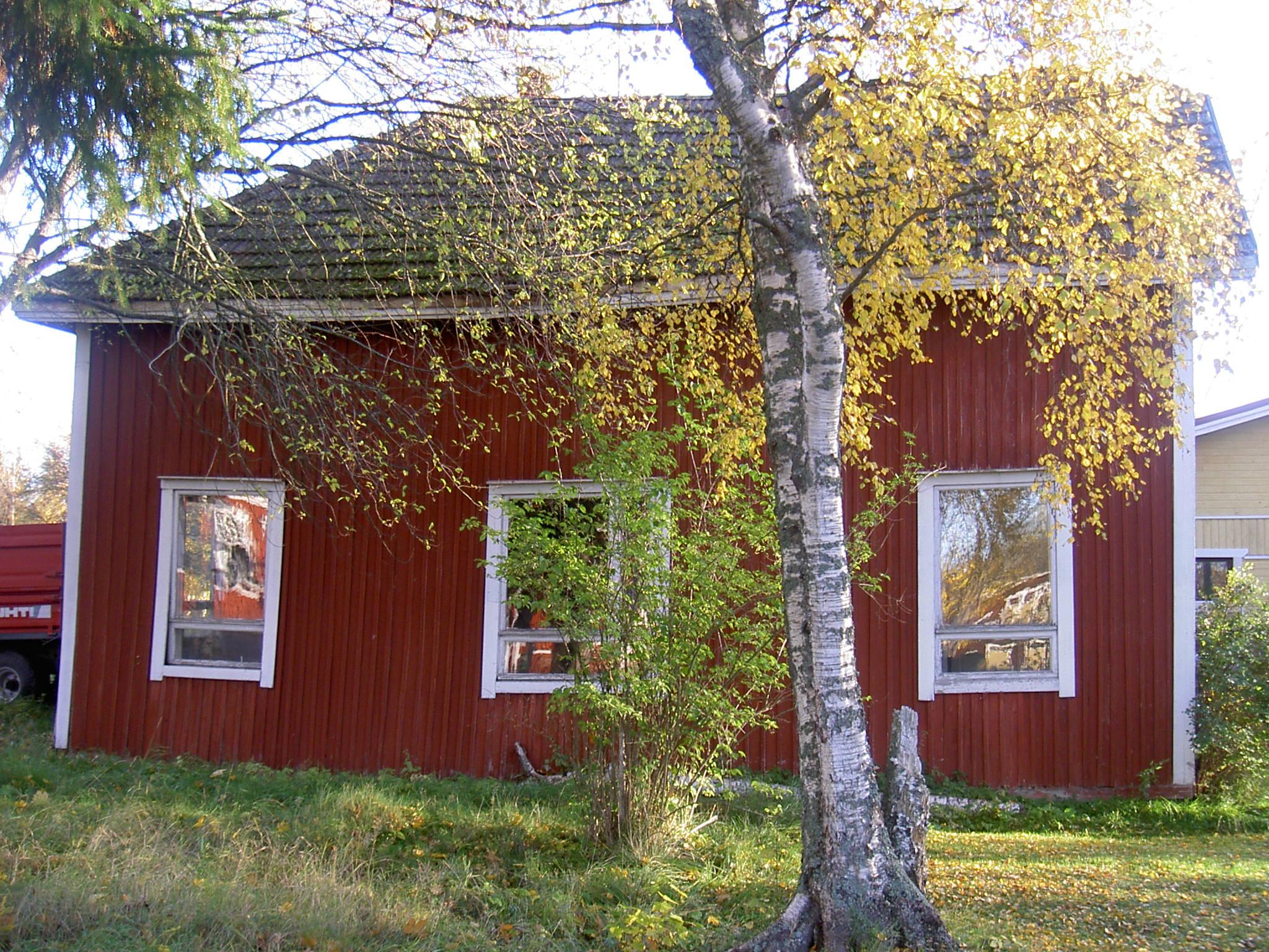 Så här såg Åke Klemets gård ut mot folkskolan, alltså mot väster just före den revs 2006.
