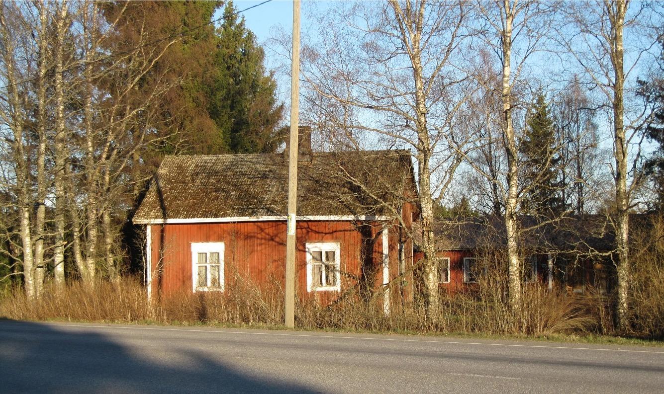 Efter att landsvägen drogs snett över åkrarna ner mot bron, så hamnade Klemets Erik Anders lillstuga närmare vägen. I bakgrunden syns den gård som Ruben och Benita Ånås byggde i början på 1970-talet. Båda gårdarna på bilden är obebodda i dag.