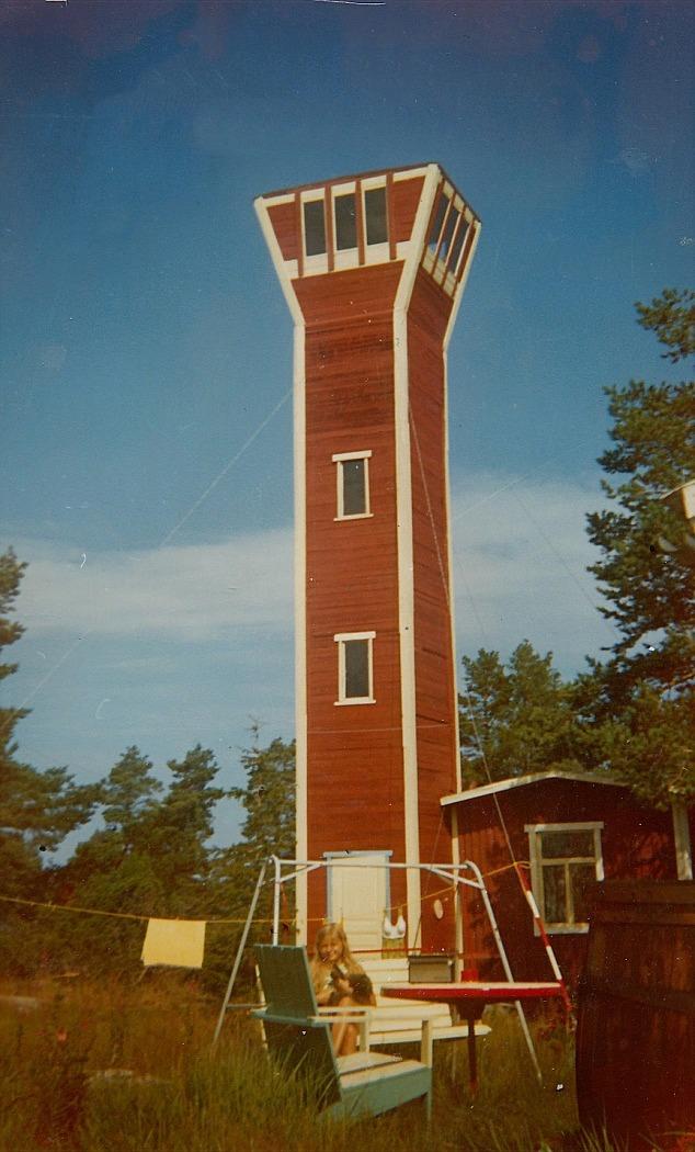 Det här tornet byggde Åke Klemets på sin sommarstuga i Skaftung. Dottern Rita sitter i gungan.