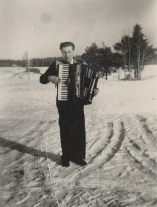 Åke Klemets med dragspelet.