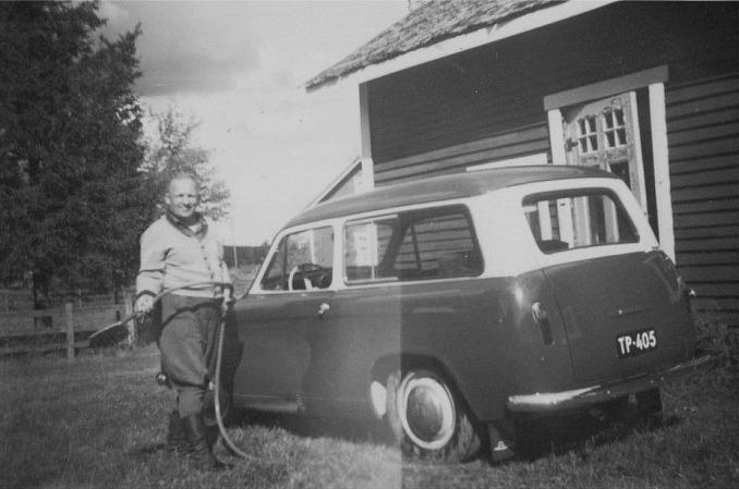 Åke Klemets i farten med bilborsten.
