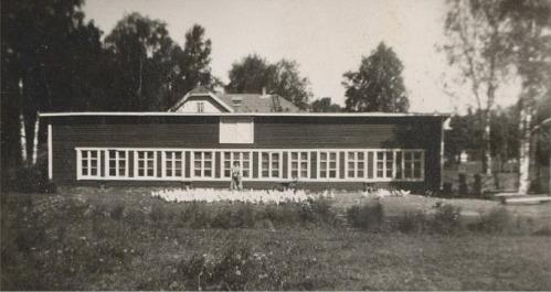 Åkes speciella hus, där han födde upp ankor. Framför huset syns ankorna och hustrun Ilona.